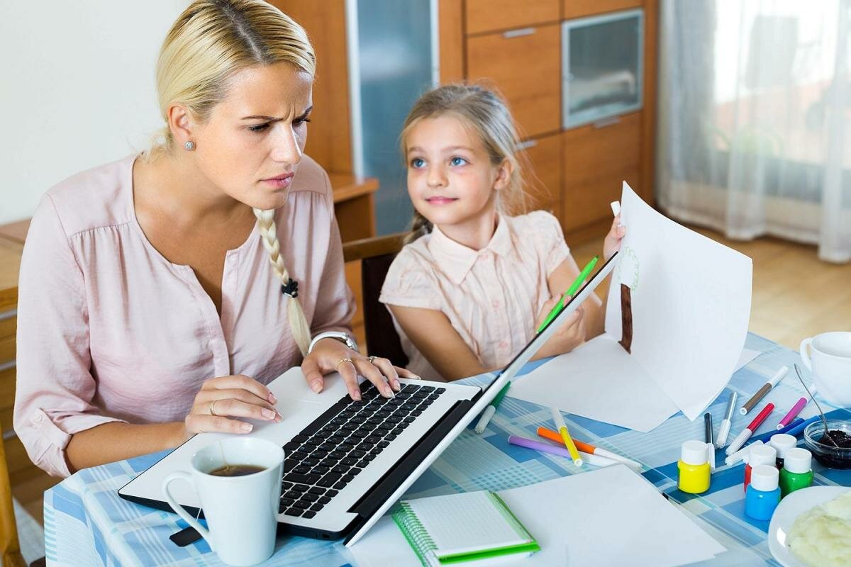 Картинка ребенок и мама с компьютером